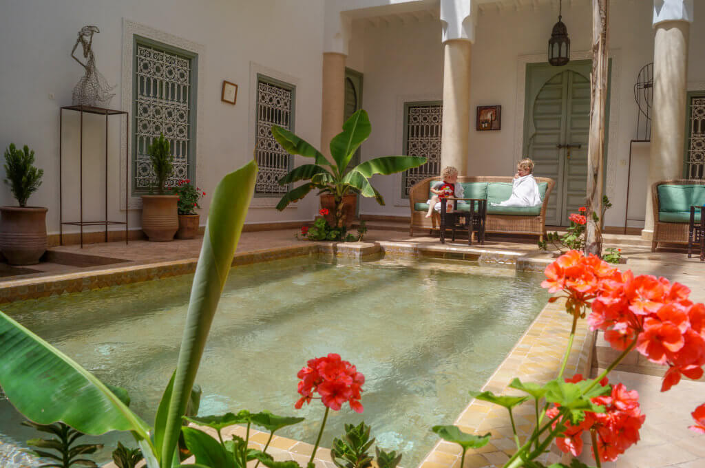 Riad Les Hibiscus courtyard swimming pool seating