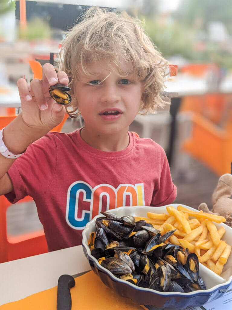 eating moules in France